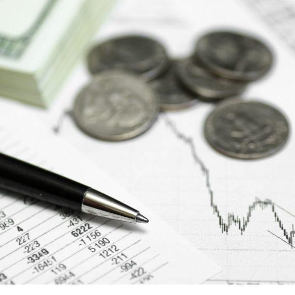 monety, długopis wykres akcji