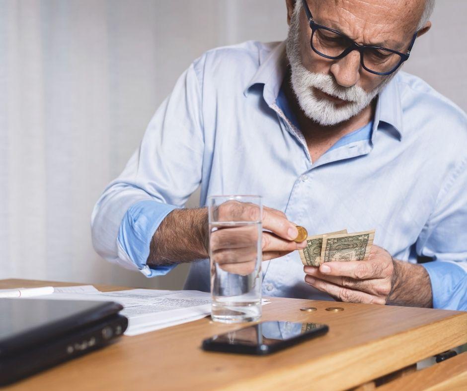 starszy mężczyzna liczący pieniądze