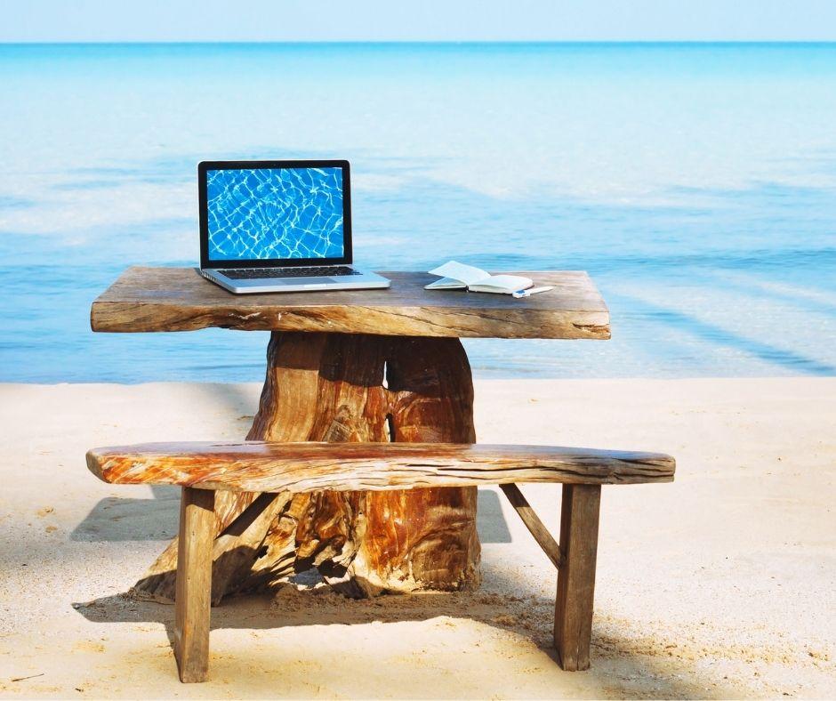 biurko z laptopem na plazy